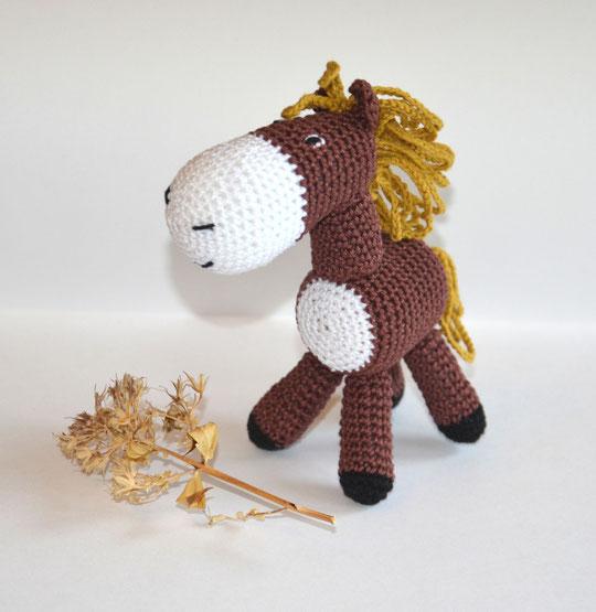 Лошадка, вязаная игрушка-погремушка. Цена- 690 руб.