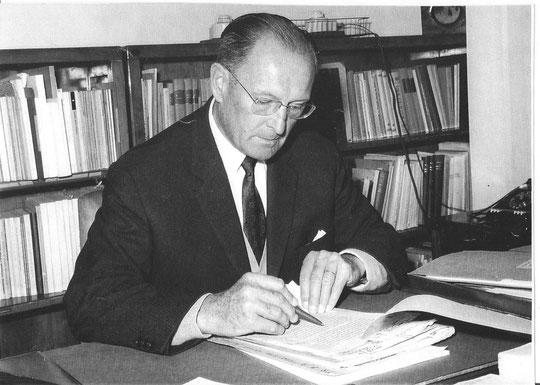 Le Pr. Marcel Autret à son Bureau de Directeur de la Division de la Nutrition et des Politiques alimentaires, à la FAO, Rome, 1960