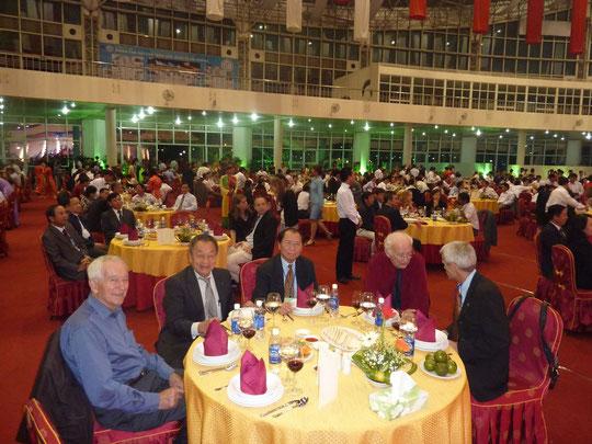 Mr Trinh Ngoc Thai (au centre), président de l'association Amitiés Vietnam-France, ex ambassadeur du Vietnam à Paris. A sa droite, M. Nguyen Hao Tam, représentant l'association AD@lY.