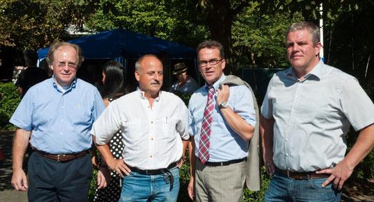 Von Links: Josef Fehrlings (Vorstand Krefelder Frauenverein); Raimund Haider (Heimleitung); Gregor Kathstede (Oberbürgermeister); Jens Lüdert (Heimleitung)