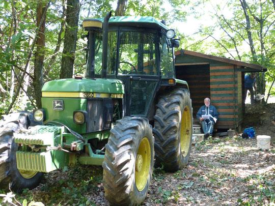 La cabane en place et le tracteur