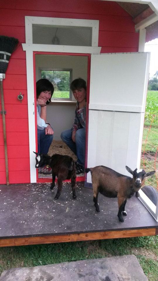 Stolze neue Ziegenbesitzer