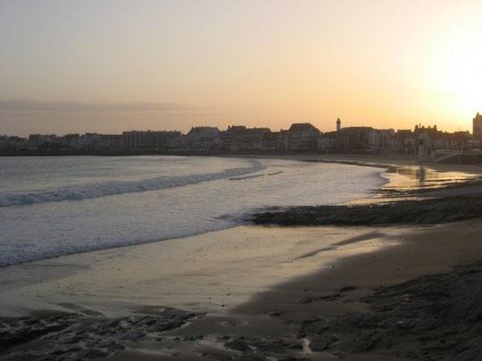 la grande plage au couché de soleil ...