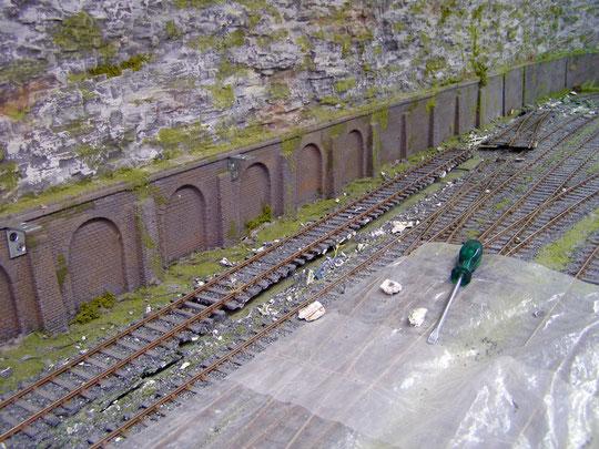 Das hintere Gleis muß mehr zur Wand