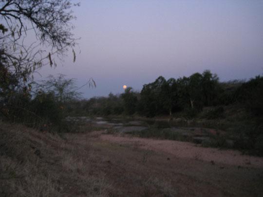 inyanga iyaphuma....sorge la luna sul fiume Mutale