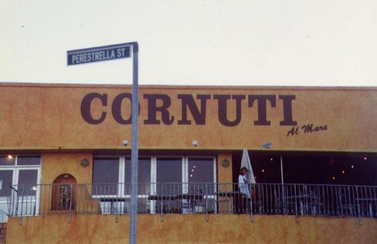 Questo italiano trasferitosi in Africa ha forse dedicato il suo ristorante a tutti quei mariti le cui mogli amano le pubbliche relazioni.