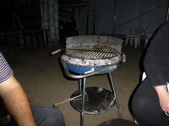 Es war recht kalt am Abend so dass wir die Wärme der restlichen Holzkohle nutzten.