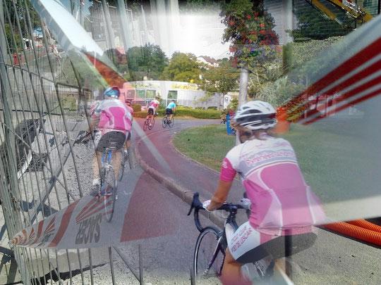 Dans quelques minutes, Ghis va s'embrouiller avec un ruban de signalisation voltigeant lors de notre passage ! Heureusement, plus de peur que de mal pour l'adroite Ghis et son beau vélo tout neuf !