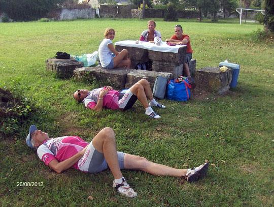 Après le café, les sexygénaires sont fatigués... sous l'oeil goguenard de la cadette de l'équipe !