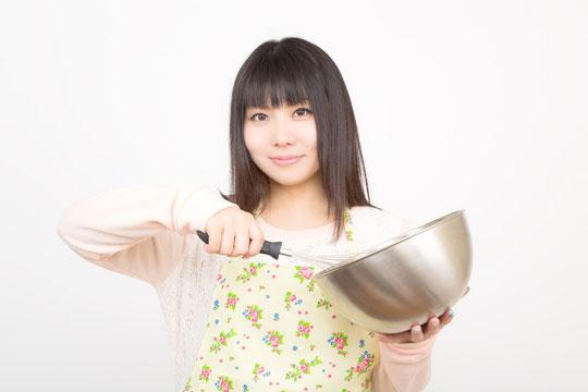 厨房で料理をして肩と首がこる奈良県御所市の女性