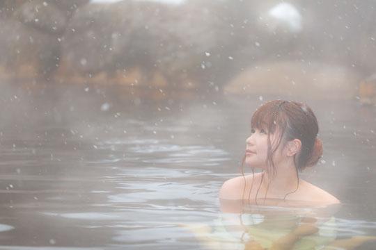 温泉に入る首の痛みに悩む奈良県御所市の女性