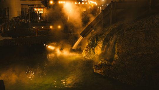 首の痛みで温泉に入る奈良県大和高田市の男性