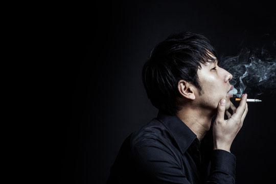 タバコを吸って肩こりの奈良県御所市の男性