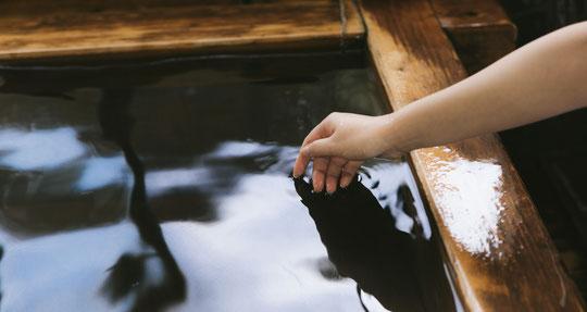 首の痛みで温泉に入る奈良県葛城市の女性