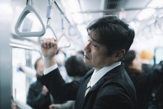 鞄を持ってて肩こりと背中が痛い奈良県御所市のサラリーマン