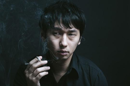 タバコの吸いすぎで腰痛になった男性