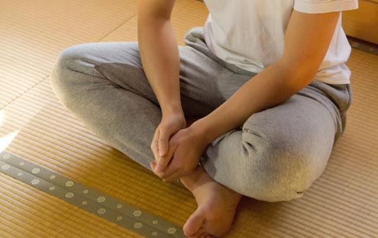 あぐらで座るのは腰痛にどうなのか悩む奈良県御所市の男性
