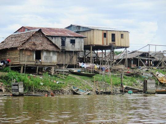 Pfahlbauten am Ufer des Amazonas