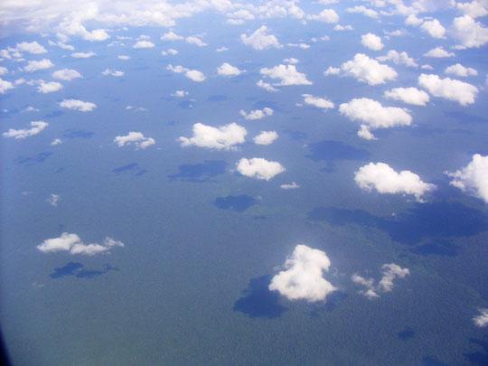 Stundenlang kann man über dem Amazonasregenwald fliegen ohne eine Ortschaft zu sehen