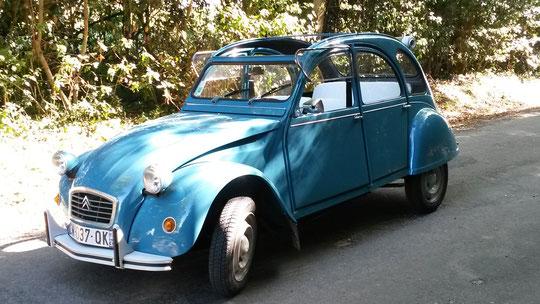 Une 2cv bleue de 1983 à louer