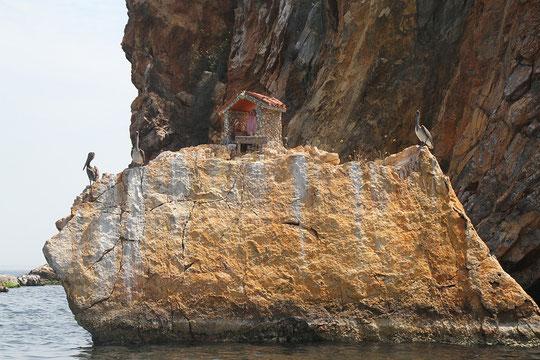 Miniaturkirche auf einem Felsen