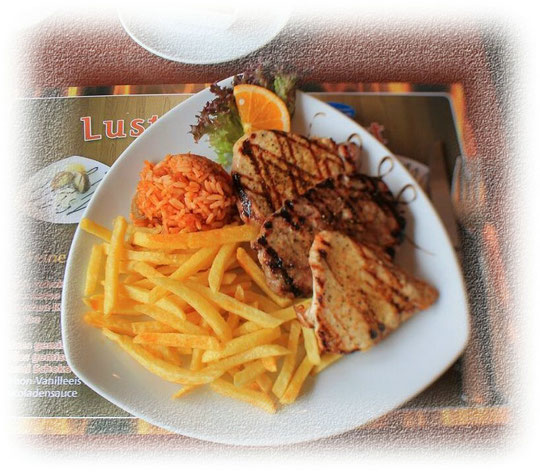 Mixed Grill: Schweinekotelett, Putensteak, Hacksteak mit Pommes und Djuwetschreis  und Salat vom Buffet     7,90 €