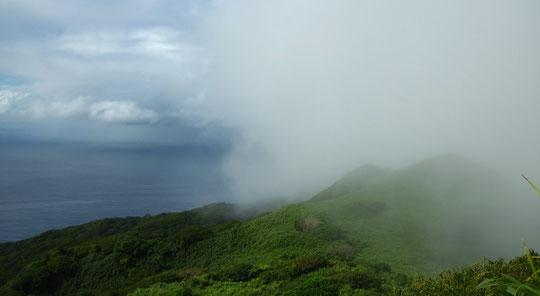 霧の中の堺が岳 乳房山山頂より