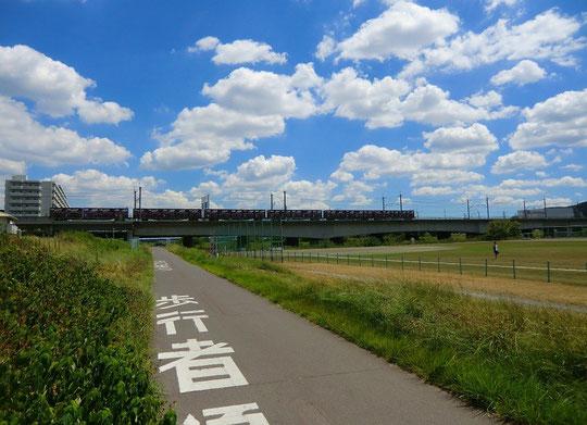 8月23日(2012) 多摩川サイクリングロード(府中市)から武蔵野線の鉄橋を望む