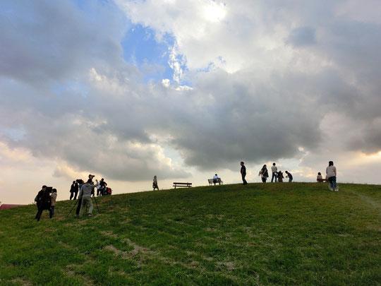 10月16日(2014) ロケ現場風景:武蔵野の森公園の飛行場が見える場所で何かの撮影が行われていた