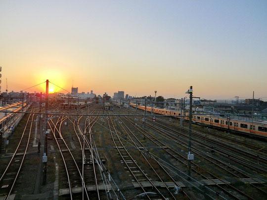 10月25日(2012) 中央線と夕陽(三鷹駅近くの陸橋:太宰治が好んでいた場所)