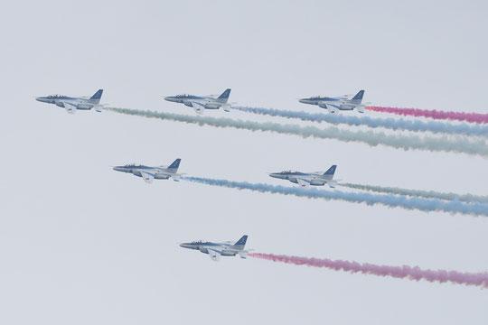 ●都心に向かう前に、調布飛行場上空を飛ぶブルーインパルスの編隊