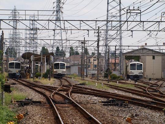 8月25日(2017)入り組んだレールと電線:西武多摩川線の白糸台駅。西武多摩川線は今年が開業100周年、1917年(大正6年)に境(現武蔵境)と北多磨(現白糸台)間が開通しました。