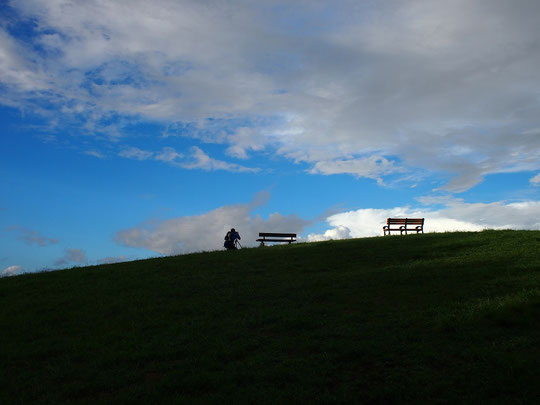 9月6日(2020) 雲を撮る人:雨上がりの朝、武蔵野の森公園で雲を撮る人に出逢いました。展望の丘に三脚を立て、調布飛行場ではない方向、空にカメラを向けていました