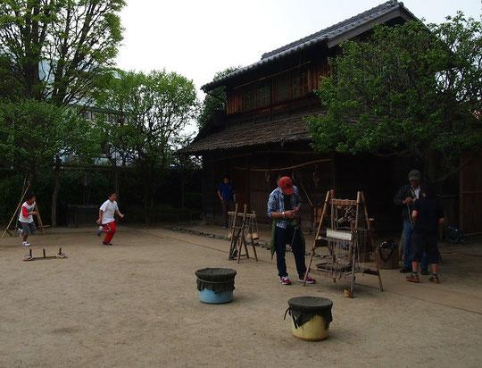4月29日(2015) 昔あそび:小平ふるさと村にある子どもと大人がベーゴマや竹馬などをして遊べる場所(4月25日撮影)