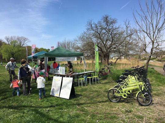 4月10日(2016) 森の地図・スペシャルDAY:武蔵野公園・くじら山に設置された森の地図スタンプラリーのスペシャルポイント。自転車(Suicle)の貸し出しや資料の展示、オリジナルグッズの販売もしました。ご協力いただいた府中市にお住まいの山田さんが撮影