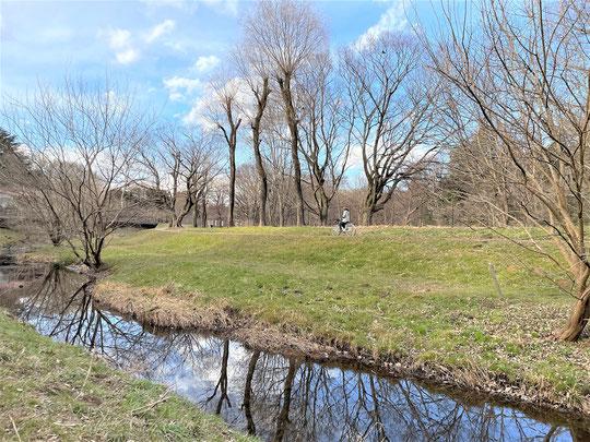 1月28日(2017) 太宰の愛した跨線橋:JR中央線・三鷹駅の西側にある長さ約90mの人道橋。昭和4年に作られたもので、今も現役です。遠く富士山や中央線の運行を眺望できます
