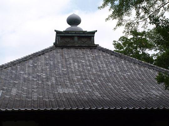 7月25日(2016) 妙光院の甍(いらか) 7月24日、府中市の妙光院の本堂にて。妙光院:859年(貞観元年)開山の真言宗のお寺。大國魂神社の南、府中崖線(ハケ)の下にあります。東京競馬場もすぐ近く