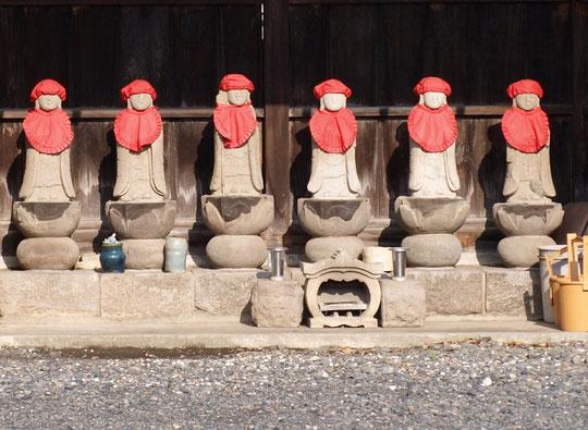 6月13日(2015)龍源寺の六地蔵:新撰組で活躍した近藤勇の墓がある龍源寺(三鷹市大沢)、お寺の前に交通安全地蔵と並んで六地蔵が祀られてありました
