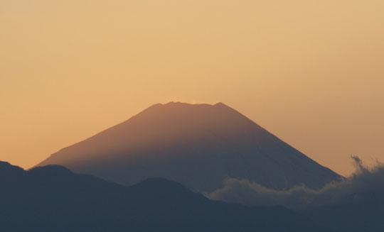 2020年1月1日 茜色の富士山:富士山の西側(左)に日が落ち、そこからの光で富士山にグラデーションがかかっています。国分寺崖線の上、国立天文台の近くから