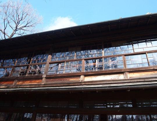 2月21日(2015) 窓に映る冬木:高橋是清邸(江戸東京たてもの園)の庭から