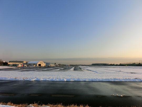 1月16日(2013) 雪の滑走路(調布飛行場:武蔵野の森公園から撮影)