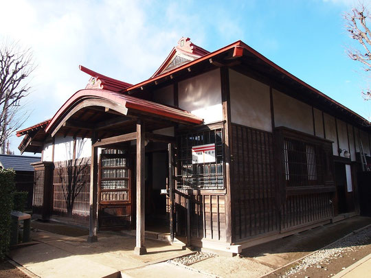 2月16日(2015) 旧小平小川郵便局舎:明治41(1908年)年建築。現存する郵便局舎では、かなり古いもの。屋根に〒マークが鬼瓦のように付いていました。小平ふるさと村にて