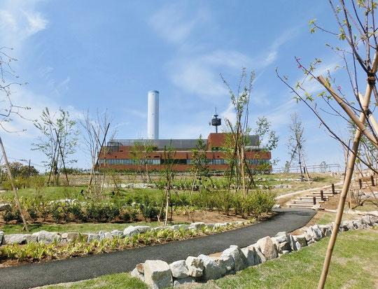 ●SUBARU総合スポーツセンターのある三鷹中央防災公園です。となりにある清掃工場の白い高い煙突が目印になります。施設は、4月にできたばかりでピカピカでした。スタンプは建物の一階、情報コーナーにありました。オリンピック関係の資料が展示されています。