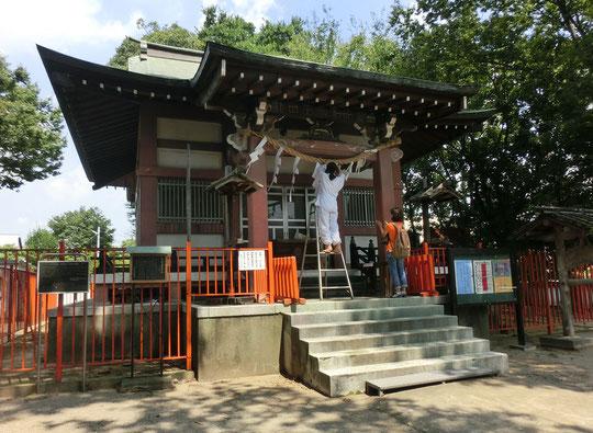 8月27日(2018) しめ飾りの修復:稲城市の青渭神社にて。台風の影響で傷んだ紙垂を付け替えているところでした。歴史のある神社で昔は大沼明神や青沼大明神とも呼ばれていたらしく、周辺に大きな沼があったそうです。調布にある青渭神社と共通していますね。