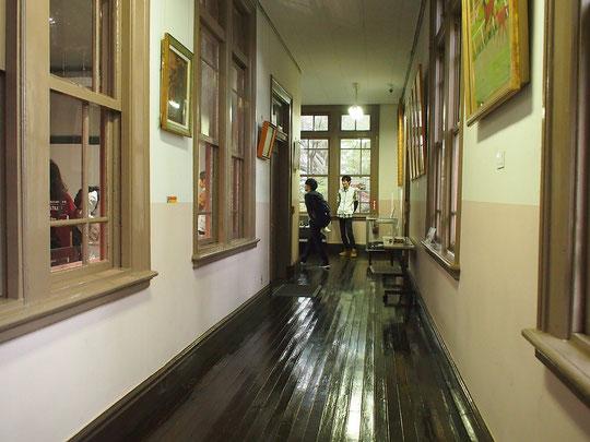 11月3日(2018) ピカピカの廊下:日本獣医生命科学大学・本館(1号館)。麻布区役所旧庁舎を移築した歴史ある校舎で、現在は博物館として活用されています。学園祭で見学できました。