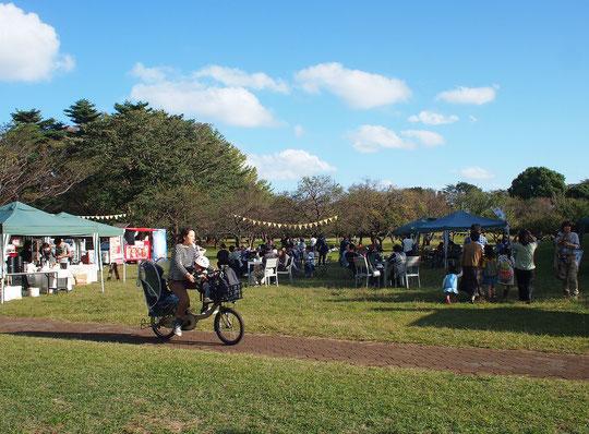 ●10月27日に行われた「秋の日まつり」(都立野川公園)。会場内特設テントにスタンプが置かれました。