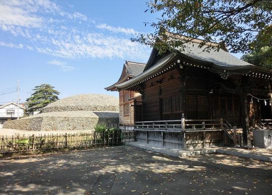 神社とその向こうに復元された古墳が見えます。この古墳は、古墳時代の終わりころ、飛鳥時代に造られたものと推定されています。