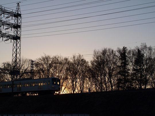 2月12日(2016) 夕暮れ時の電車:西武多摩川線(2月11日、二枚橋の近くで)