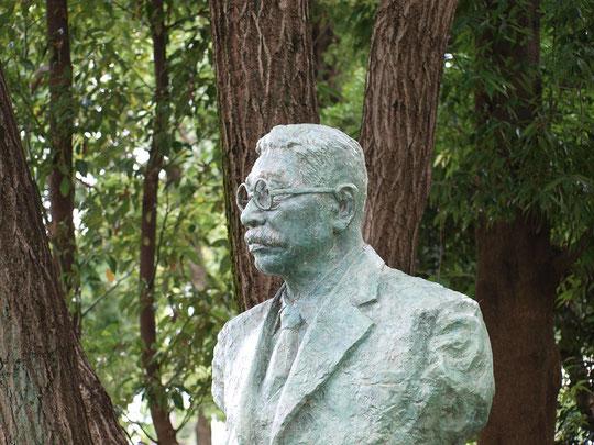 7月27日(2016) 蓮博士の像:府中市の郷土の森公園にある故大賀一郎(おおがいちろう)博士の像。博士は、2,000年以上前の古代のハスの実を発見した植物学者。そのハスの実が発芽、開花し大賀ハスと名付けられ各地に移植されました。博士は戦後から府中に住んでいたので、府中市民の有志の方々が郷土の森にこの像を立てられたとのことです