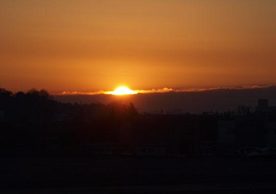 1月1日(2017) 初日の出:都立武蔵野の森公園のふるさとの丘から見た景色です。国分寺崖線の向こうの地平線(?)から日が昇ったところ